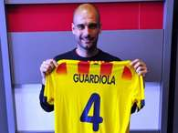 Pep Guardiola posa con la camiseta de la selección catalana. Foto: Getty Images