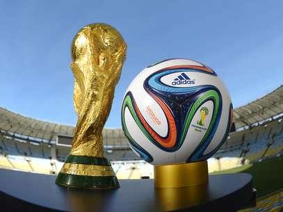 El trofeo que levantará el próximo campeón del mundo junto a Brazuca, el balón oficial del Mundial Brasil 2014. Foto: Getty Images