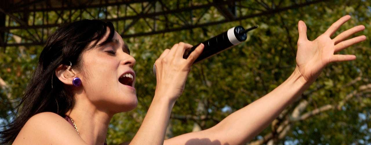Julieta Venegas es una de las principales mujeres en comprobar que la escena musical del país cuenta también con propuestas femeninas destacables. La cantante compartió el escenario con Björk, Interpol y Arctic Monkeys.