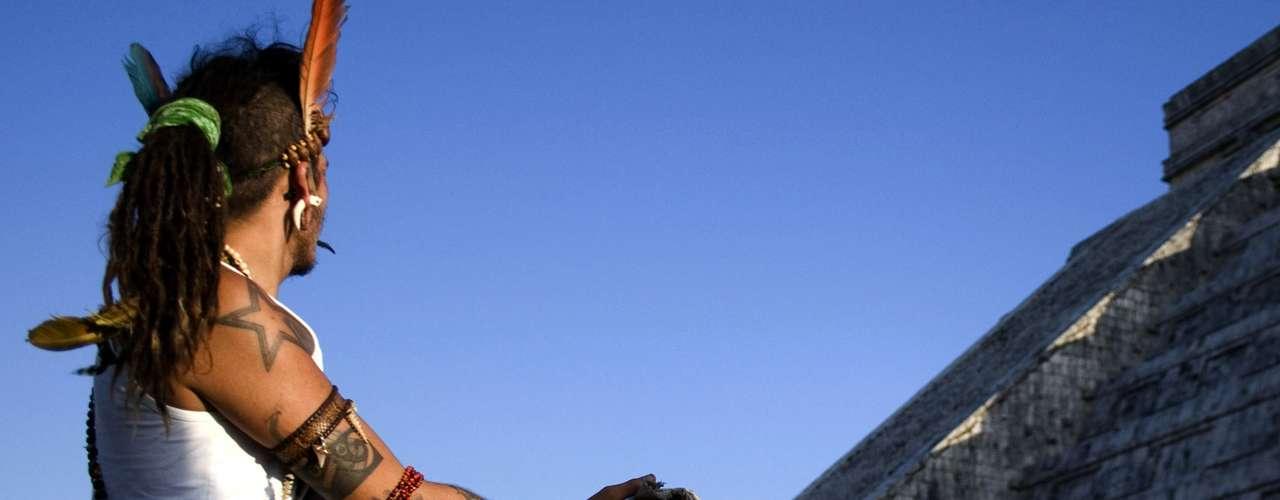 Para algunos será el fin del mundo. Para otros, el fin de una era y el comienzo de otra. Para muchos, pura charlatanería. La idea de que la antigua civilización maya pronosticó para la raza humana una transformación profunda el próximo 21 de diciembre, a la entrada del equinoccio de invierno, ha sido alimentada por lo menos desde hace 40 años, pero ha cobrado fuerza en los últimos tres, con miles de creyentes en las supuestas profecías mayas. Y miles de escépticos. BBC Mundo le presenta unas claves para entender una polémica que, probablemente, no terminará el 21 de diciembre. (Fuente: BBC Mundo)
