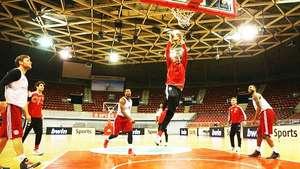 Dante e Rafinha desafiam time de basquete do Bayern de Munique Video: