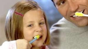 Como cuidar dos dentes do seu filho Video: