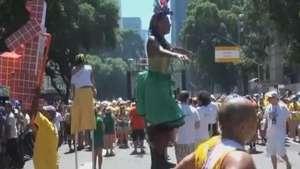 Mulher prova que consegue sambar em cima de perna de pau Video: