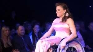 Húngara ganha título de Miss Universo em cadeiras de rodas Video: