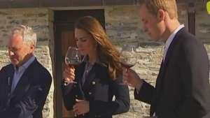 Kate Middleton toma vinho e participa de corrida de barco Video: