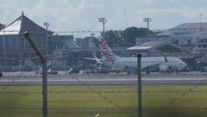 Bêbado tenta invadir cabine de avião em voo e causa pânico Video: