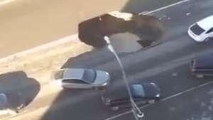 Cratera se abre no meio do trânsito e quase engole carros Video: