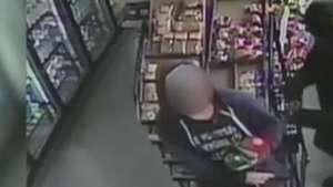 EUA: câmera em loja flagra pânico provocado por atirador Video: