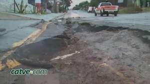 Chuva provoca deslizamento de terra e invade casas no Novo Milênio Video: