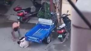 Homem apanha de multidão após bater em mulher na China Video: