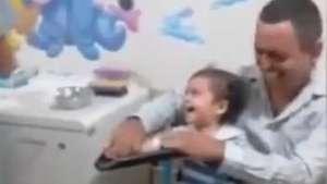 Menino cai na risada na hora de tirar sangue Video: