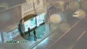 Câmera flagra ladrões em loja no Centro de Cascavel Video: