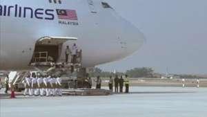 Após um mês de acidente com avião, corpos chegam na Malásia Video:
