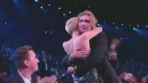 Miley Cyrus leva prêmio de melhor do ano por