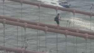Turista acaba preso após se aventurar em ponte de Nova York Video: