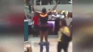 Homem tira a roupa em shopping para provar que não roubou Video: