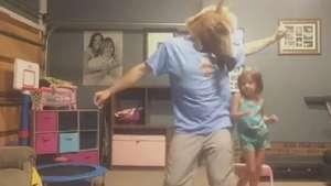 Pai e filha arrasam dançando ao som de Taylor Swift Video:
