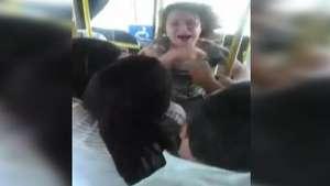 Passageira agride cobradora dentro de ônibus no ES Video: