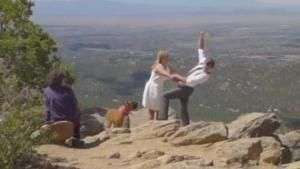 Mulher salva noivo de cair em penhasco Video: