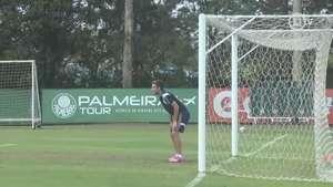Meia do Palmeiras vai para o gol e pega até pênalti Video: