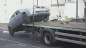Motorista nervoso 'salta' de carro de reboque em Londres Video: