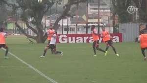 Atacante do Flamengo quase marca golaço de bicicleta Video: