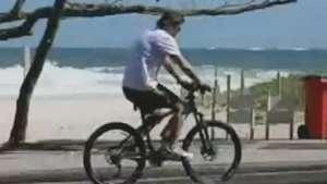 Fábio Assunção faz passeio de bike na orla da Barra Video: