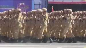 Irã exibe armas e soldados em aniversário de guerra Video: