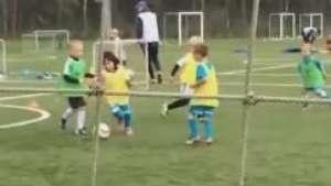 Hulk coloca o filho de 6 anos para suar a camisa em treino  Video: