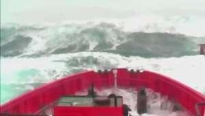 Onda atinge barco no Reino Unido Video: