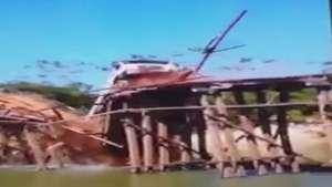 Ponte de madeira não suporta peso de caminhão e desaba Video: