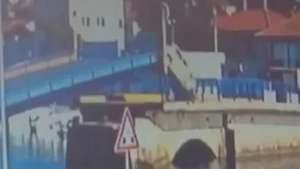Motorista ignora avisos e passa por ponte elevada Video: