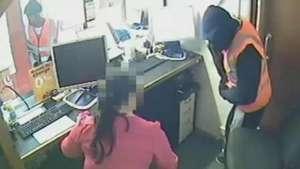 Ladrões forçam mulher a ajudar em assalto e amarram vítima Video: