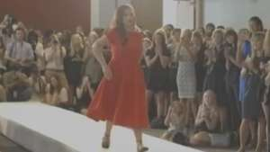 Enfermeira amputada dá exemplo de superação em desfile em NY Video: