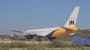 Força de turbina de avião 'arranca' porta de carro Video: