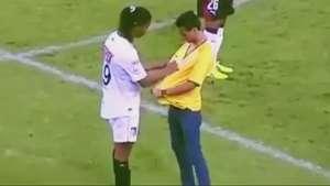 Ronaldinho autografa camisa de invasor com jogo em andamento Video: