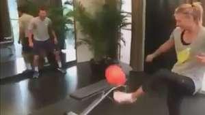 Que talento! Sharapova mostra habilidade com a bola nos pés Video: