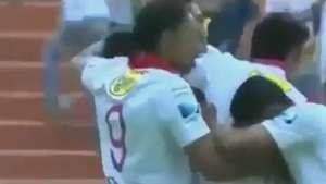 Goleiro faz lambança e uruguaio marca gol incrível de 70m Video: