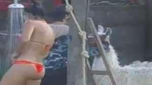Ex-miss toma banho de biquíni e quase é atacada por lhama Video: