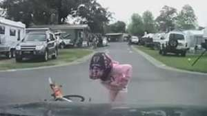 Câmera em painel de carro registra atropelamento de ciclista Video: