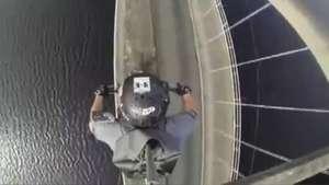 Homem desafia perigo ao passar de moto sobre arco de ponte Video:
