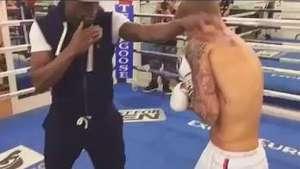 Pugilista milionário dá aulas de boxe para Justin Bieber Video:
