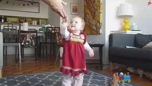 Pai registra primeiros passos da filha de forma diferente Video: