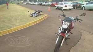 Três se ferem em acidente com motos na marginal da BR-277 Video: