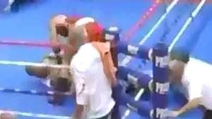 Segura ele! Boxeador perde a cabeça e espanca árbitro em luta Video: