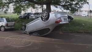 Motorista perde o controle do carro, bate em árvore e capota Video: