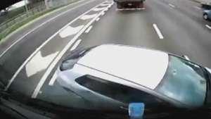 Carro bate em caminhão e é arrastado a 80km/h em estrada Video: