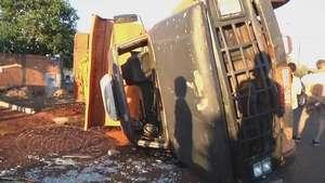 Caminhão caçamba tomba após ser atingido por carro furtado Video: