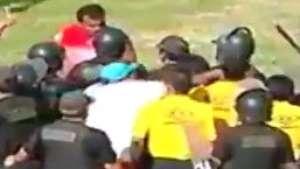 Protegido por polícia, juiz toma soco em partida no Peru Video:
