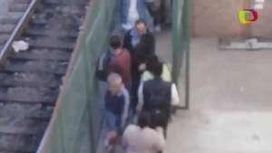SP: homem faz xixi em meio a passageiros em estação de trem Video: